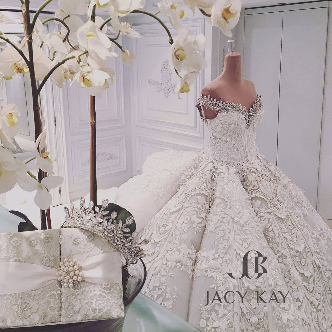 When her wedding dress weighs over 100kg bow to bride for Jacy kay wedding dress